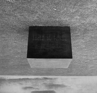 Biografia - Biography, Socle du monde, 1961, ferro e bronzo, 82 × 100 × 100 cm, © Heart - Herning Museum of Contemporary Art/Fondazione Piero Manzoni