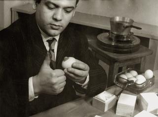 Biografia - Biography, Piero Manzoni durante le riprese del cortometraggio sulleUova scultura, presso lo studio del Filmgiornale SEDI, Milano, 1960