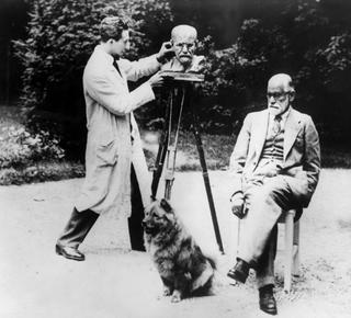 Manzoni and Anal Alchemy, Sculptor Oscar Nemon and Sigmund Freud, Vienna, 1930, © Ullstein Bild / Getty Images