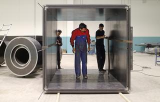 L'alcòva d'acciaio di Umberto Cavenago, Morgan Rebuzzi ispeziona le giunzioni degli elementi scatolari che costituiscono il corpo deL'alcòva d'acciaio., Photo @ Umberto Cavenago