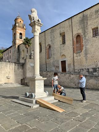 E la libertà mi sorregga, Installazione delle pedane per la discesa del monumento. Con Daniele Lucchesi, Photo © Umberto Cavenago