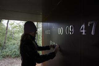 L'alcòva d'acciaio di Umberto Cavenago, Barbara De Ponti installa la propria opera Time map,all'interno deL'alcòva d'acciaio in occasione della quarta edizione di Prière de toucher, progetto creato e curatom da Ermanno Cristini, Photo @ Bart Herreman