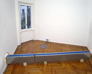 Nastro trasportatore, Installazione alla Galleria Raffaella Cortese, Milano, Photo © Antonio Maniscalco