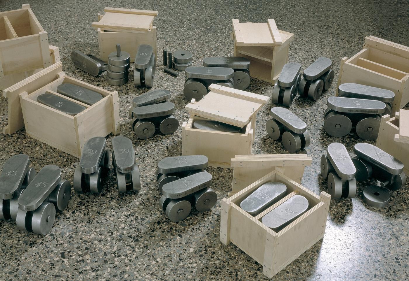 A prova di scemo (13 diversi esemplari dal nº34 al nº46), Installazione alla Galleria Salvatore Galliani, Genova 1995, Photo © Antonio Maniscalco