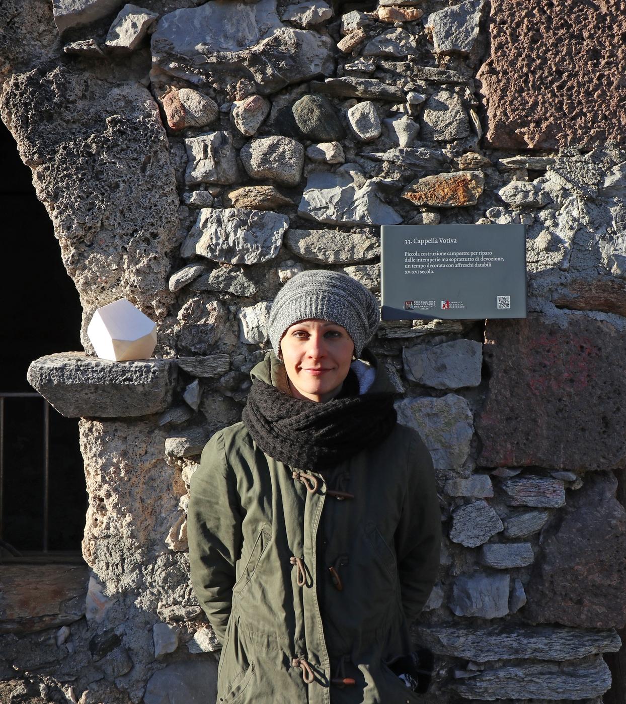 Erratico accidentale calibro 100 nº1, Valentina Petter con Erratico accidentalealla cappella votiva di Castello Cabiaglio in occasione dell'installazione