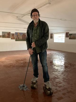 A prova di scemo (autoritratto), Ritratto di Chris Terzi sui pattini durante l'installazione della sua mostra Donne insolite presso Riss(e) a Varese (30 ottobre- 5 dicembre 2021), Photo © Umberto Cavenago