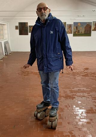 A prova di scemo (autoritratto), Ritratto diErmanno Cristini sui pattini, Photo © Umberto Cavenago