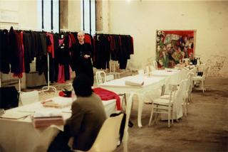 Martin Margiela Collection at Viafarini, Martin Margiela aViafarini. Sullo sfondo si intravede l'opera di Marco Cingolani Attentato al papa, esposta nel 1995 a Viafarini