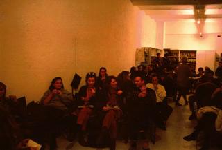 Taglio e cucito, Gli incontri si tenevano nello spazio dove iniziavano a raccogliersi i portfolio dell'Archivio, che si intravede sullo sfondo, dove siede Patrizia Brusarosco