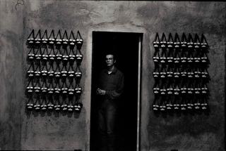 Gianluca Codeghini, Conservare fuori dalla portata, Gianluca Codeghini con gli elmetti luminosi da indossare appesi all'ingresso. Foto di Davide Bonasia