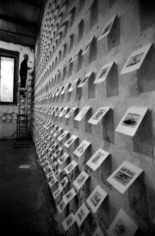 Alessandro Pessoli, Maelstorm, Alessandro Pessoli ci mise qualche giorno a installare con piccoli chiodini sul vecchio muro scrostato dello spazio le 19 serie di 100 disegni ciascuna. Foto di Armin Linke