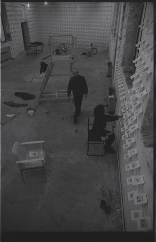 Alessandro Pessoli, Maelstorm, Alessandro Pessoli aiutato da Margherita Manzelli, allora fidanzata, mentre installano i disegni. Foto di Armin Linke