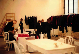 Martin Margiela Collection at Viafarini, Martin Margiela aViafarini, un momento di show-room. Sullo sfondo, la scala realizzata da Alessandro Pessoli per la sua mostra nel 1992