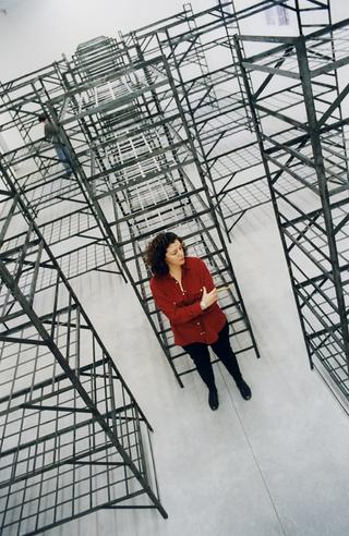 Mona Hatoum, Quarters, Ritratto di Mona Hatoum all'interno dell'installazione. Foto di Armin Linke