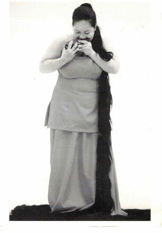 Prêt-à-perform. The Class of Marina Abramovic, Melati Suryodarmo, il fronte della cartolina di ringraziamento.