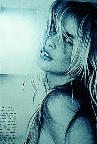 """Membership Viafarini - 80 manifesti per Viafarini, Manifesto di Maurizio Cattelan: Claudia Schiffer, strappata dalla strada. Il titolo: """"Collettivo Femminile Viafarini"""". Un modo chiaro per dire che lui non c'era, anche se aveva realizzato l'impianto di illuminazione dello spazio"""
