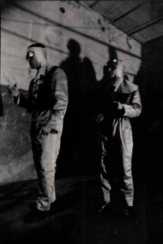 Membership Viafarini - 80 manifesti per Viafarini, Per l'inaugurazione Coltelleria Einstein preparò una performance di taglio del nastro, recitando un testo che citava importanti gallerie storiche, messo insieme da Patrizia, Davide Bonasia