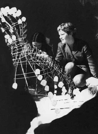 Mary Brogger, Sciogliere, Mary Brogger durante l'installazione. Foto di Mario Gorni