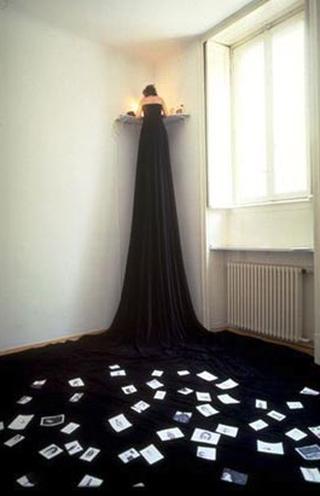 Margherita Manzelli, Il vascello fantasma, Il volto del mare - vulcano, 1995 velluto nero, 70 acquerelli, tavolino pensile, sgabello metallico
