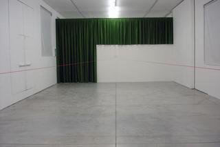 Sergio Breviario, diciannove novantasei: mi edifico e ti guardo, Veduta dell'installazione. Per costruire la mostra è stato necessario dividere lo spazio con una parete in cartongesso.