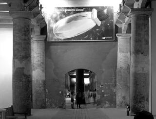 Maurizio Cattelan, Lavorare è un brutto mestiere, 1993 Poster, stampa a getto di inchiostro 270 x 580 cm Biennale di Venezia