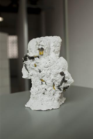 La fioritura del bambù, Elia Cantori, Senza titolo (esplosione), 2009 gesso ceramico, dimensioni variabili Foto di Zeno Zotti Courtesy CAR Projects, Bologna.