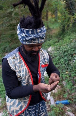 Leone Contini, Il Corno mancante, Performance riparatrice di Patrick Joel Tatcheda Yonkeu lungo il fiume Lambro.