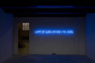 Liliana Moro, This Is the End, L'uomo che guarda non farà il tifo contro, 2008, neon, 8 x 286 cm. Foto di Roberto Marossi.