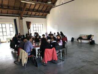 ENGAGE Public School for Social Engagement in Artistic Research, Il confronto tra i partecipanti continua durante la pausa pranzo.