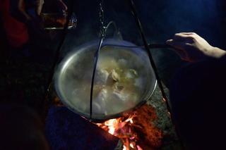 Leone Contini, Il Corno mancante, Sul tardi arriva ingrediente catalizzatore del bivacco il berberè di Muna Mussie Perfetto con la zuppa di dong gua.