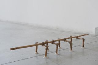 """Workshop e progetto espositivo Academy Awards """"L'intimità dell'immagine come luogo in comune"""", Giuliano Cataldo Giancotti, Dispositivo per Ferite, canne di bambù e spago, 55 x 16 x 10 cm, 2012  Le ferite ci circondano, siamo pieni di ferite attorno a noi, interiori ed esterne. Esse lasciano il segno, ci modificano e non possiamo farci niente, le curiamo, ma loro non se ne vanno e anche quando sono rimarginate si vedono. Possiamo chiuderle, ma per farlo creiamo altri segni indelebili, che si aggiungono ai precedenti; servirebbe un qualcosa per riuscire a fermare queste ferite, un qualcosa che non danneggi. Per questo ho creato un dispositivo, rifacendomi ai metodi delle antiche popolazioni africane, che per chiudere le ferite inserivano delle canne di bambù con erbe e impasti naturali.  Il dispositivo che ho creato voleva essere un qualcosa che controllasse la deformazione delle ferite, che fosse dinamico, ma mi accorgo che ha una sua staticità, è quasi immobile, rigido di fronte alle spaccature, sembra quasi impassibile di fronte a questo flusso che fuoriesce dalle crepe. Come se fosse appoggiato sulla ferità, in attesa che essa si rimargini, contenendo con forza ma non mostrandola, come un uomo che non vuol mostrare il dolore di fronte a qualcun altro.  Foto di Davide Tremolada"""