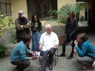 Kim Jones, residenza, mostra e workshop, Kim Jones parla in cortile durante il workshop