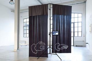 """Workshop e progetto espositivo Academy Awards """"Beg to differ"""", Dario Bitto Muro di Planck, 2015 Lycra tagliata a laser, stativo in acciaio con Paolo Brambilla, atlas V (2015) Foto di Federica Boffo"""