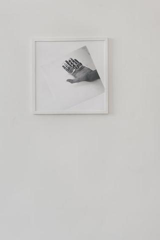 """Workshop e progetto espositivo Academy Awards """"L'intimità dell'immagine come luogo in comune"""", Graziano Folata, Senza Titolo, stampa fotografica, 50 x 50 cm, 2012  Ci sono dei prismi sulla mia mano, danzano e moltiplicano le mie dita.  Foto di Davide Tremolada"""