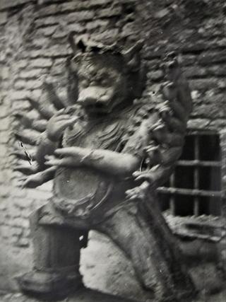 Leone Contini, Il Corno mancante, Yamantaka 1943 - Archivietto Rivolta - Archivio storico, Castello Sforzesco, Milano. Immagine della scultura recuperata tra le macerie del bombardamento (foto della foto scattata da Daniele Cologna).