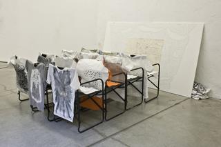 Kim Jones, residenza, mostra e workshop, L'installazione prodotta durante il workshop con le magliette realizzare dagli artisti