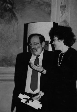 La Storia dell'Archivio - 3 - Italian Area, Umberto Eco consegna il Premio Cenacolo editoria e innovazione.