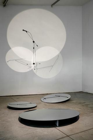 VIR Viafarini-in-residence, Benjamin Greber e Ulrich Vogl, LimeLight (Large), 2008 Ink-felt pen on wall, foil mirrors, light, dimensions variable Foto di Zeno Zotti