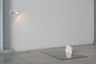 """Workshop e progetto espositivo Academy Awards """"L'intimità dell'immagine come luogo in comune"""", Ryan Contratista, Senza titolo, specchio, ombra, faretto, marmo, 120 x 95 x 30 cm, 2012  L'immagine sembra scomporsi in più piani di questo corpo, il corpo fisico, quello dello specchio di natura effimera, quello dell'ombra che scompare solo quando il corpo cessa di esistere. Le due proiezioni dell'ombra e dello specchio si mostrano all'occhio di volta in volta soltanto in uno o l'altro dei suoi aspetti parziali eppure, questi due aspetti del corpo sembrano staccarsi da esso sottolineandone una natura diversa, condividendone però l'origine e un essenza comune.  Foto di Davide Tremolada"""