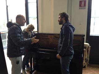 Intercultura - Capitolo 3 La collaborazione, L'artista Pietro Spoto riceve il pianoforte oggetto del suo intervento per trasformarlo in un'opera-bar per il nuovo spazio di Mascherenere
