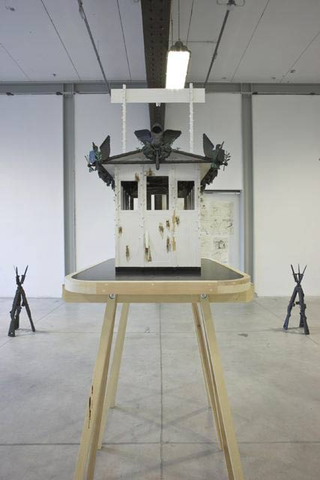 Alexej Koschkarow, Checkpoint Charlie, Checkpoint Charly (after Carribean Crises), 2009 Mixed Media. 45 x 85 x 130 cm. Weapon Pyramide, 2009 plastic 40 x 40 x 105 cm Foto di Zeno Zotti