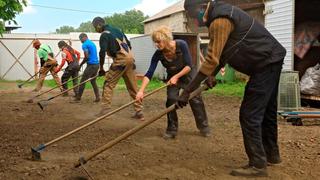 Intercultura - Capitolo 22 Il Giardino delle Meraviglie, La squadra di volontari all'opera nel dissodare la terra, 2020