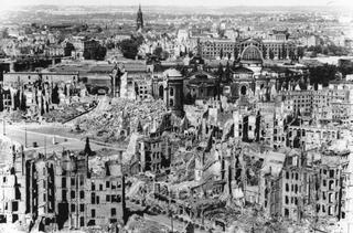 Leone Contini, Il Corno mancante, Immagine di Dresda dopo i bombardamenti della Seconda Guerra Mondiale.