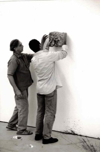 Jimmie Durham, Jimmie Durham allestisce le sue opere negli spazi di Viafarini, 1997