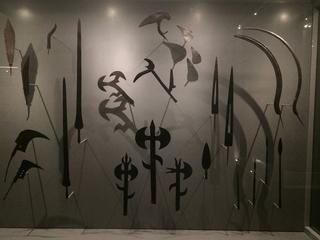 """Leone Contini, Il Corno mancante, Armi africane sopravvissute al rogo del bombardamento del 43, le componenti di legno sono bruciate. La maggior parte della """"collezione africana"""" fu distrutta. Foto scattata a Museo MUDEC."""