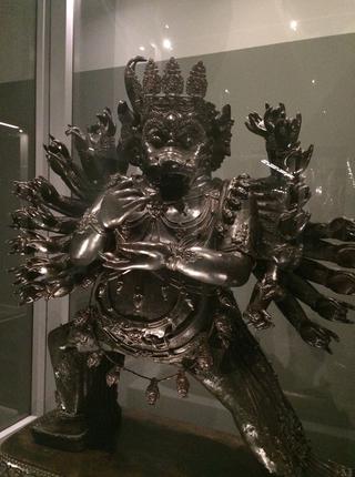 Leone Contini, Il Corno mancante, La statua di Yamantaka custodita al Museo MUDEC.