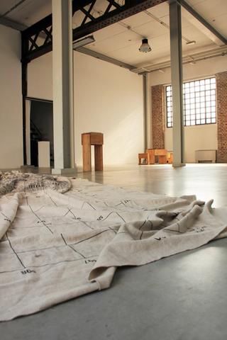 Adelita Husni-Bey, La montagna verde, Veduta dell'installazione, in primo piano: Mappa (dett.), 2011, stampa su lino grezzo. Foto di Maria Vastola