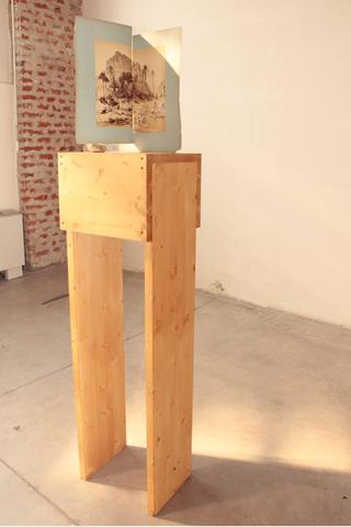 Adelita Husni-Bey, La montagna verde, Gioco, 2011 legno intarsiato, pedine, incisione. Foto di Maria Vastola