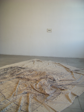 Adelita Husni-Bey, La montagna verde, Mappa (dett.), stampa su lino grezzo. Foto di Maria Vastola