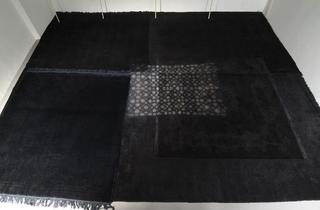 Stefano Arienti, Cinque tappeti tinti di nero, 2006 misura ambiente Courtesy:Galleria Massimo Minini, Brescia